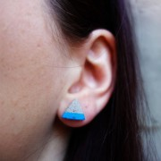 LINDANERA CRAFTS TRIANGLE EARRINGS IN CONCRETE WITH BLUE DETAILN CEMENTO